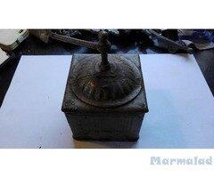 Старинна метална мелничка